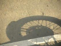 Skugga av hjulet av mopeden royaltyfri foto