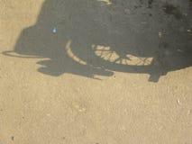 Skugga av hjulet av motorcykeln fotografering för bildbyråer