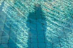 Skugga av mannen på vattnet arkivfoton