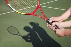 Skugga av modern och dottern som spelar tennis royaltyfri foto