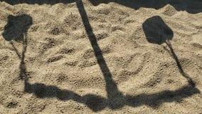 Skugga av skalan som är rörande på sandvideoen stock video