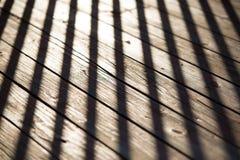 Skugga av staket på det gammala trät Royaltyfri Fotografi