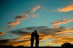 Skugga av trevliga par står på berget för solnedgång Royaltyfria Foton