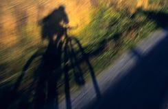 skugga för cyklist som s whizzing Arkivfoto