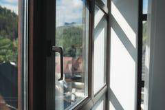Skugga från solen till och med fönstret i aftonen Royaltyfri Fotografi