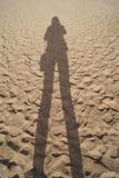 Skugga konturn av en ung flicka på stranden arkivbild