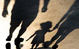 Skugga konturn av moder- och dotterinnehavhänder fotografering för bildbyråer