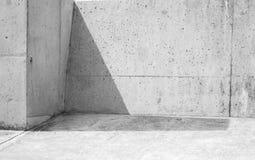 Skugga kryper ihop hörnet av gråa stenväggar Royaltyfri Bild