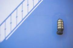 Skugga på cementväggen och lampbakgrund Royaltyfri Fotografi