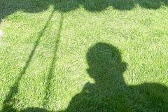 Skugga på den gröna gräsmattan royaltyfri fotografi