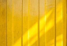 Skugga på det gula väggträt arkivbilder