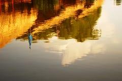 Skugga slår in i sjön, ljusa sken Royaltyfria Foton