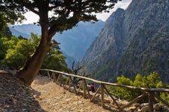 Skugga till och med den Samaria klyftan, ön av Kreta Arkivbild