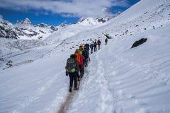 Skugga trekking i himalayasna mellan Dingboche och Dughla royaltyfria foton