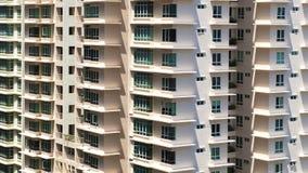 Skuggaformer bildar en sicksackmodell i den närliggande lägenheten arkivbild