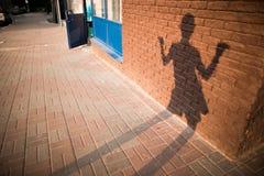 Skuggan av dansflickan på en tegelstenvägg Arkivfoto
