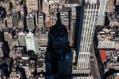 Skuggan av Empire State Building på kvarteren av Manhattan Arkivfoton