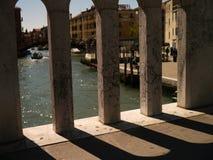 Skugganedgång på en bro i Venedig Royaltyfri Fotografi
