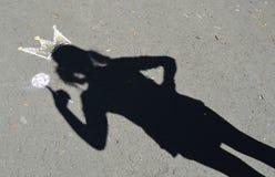 Skuggaprinsessa på asfalt. Arkivbild