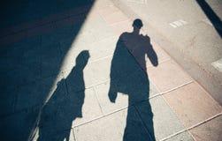 Skuggar av folk som går gatan Royaltyfria Bilder