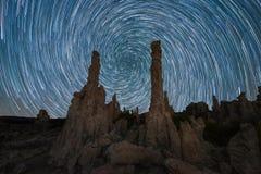Skuggar den spiral stjärnan för virvel bak Tufa nära den mono sjön arkivfoto