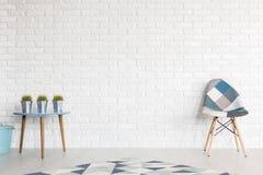 Skuggor av blått i modern interior& x27; s-dekor arkivbilder