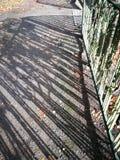 Skuggor av det Retro staketet arkivfoton