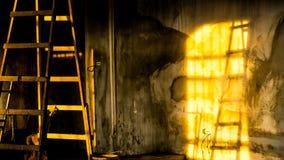 Skuggor av en gammal stege i ett rum under konstruktion royaltyfri fotografi
