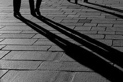 Skuggor av folk som går i staden Royaltyfri Bild