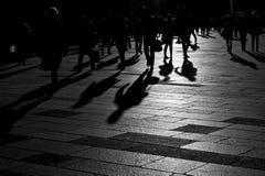 Skuggor av folk som går i staden Fotografering för Bildbyråer