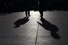 Skuggor av folk som går i en gata av staden, Aten Arkivfoto