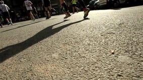 Skuggor av löpare stock video
