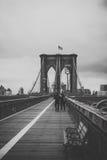 Skuggor för Brooklyn bro av grå färger Arkivbild