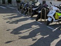 Skuggor från motorcykelparkering Arkivbild