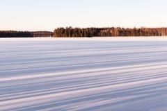 Skuggor i snön på sjön i vinter Arkivbilder