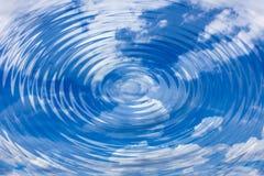 Skuggor i vattenhimmel med soliga reflexioner Arkivfoton