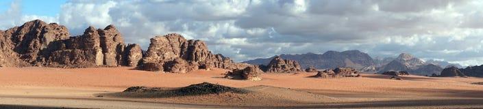 Skuggor i Wadi Rum royaltyfri foto