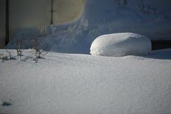 Skuggor på ojämn snö Landskapet av den Ural vintern royaltyfri foto