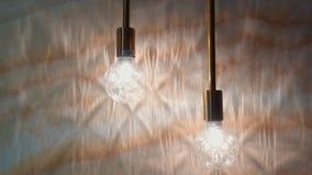 Skuggor på väggen från en ljus kula stock video
