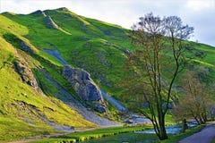 Skuggor som gjutas över Thorpe Cloud, Dovedale, Derbyshire arkivbilder