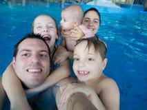 skulderen för pölen för dotterfamiljfäder sitter den lyckliga royaltyfria foton