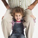 skuldrar den lyckliga holdingen för faderflickan litet barn royaltyfri foto