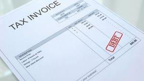 Skuldskyddsremsa som stämplas på dokument, nationalekonomi och affär för skattfaktura kommersiellt royaltyfri bild