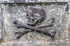 Skull and bones at a tombstone Royalty Free Stock Photography