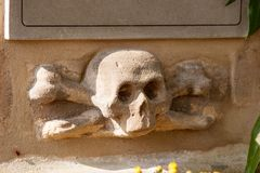Skull and crossbones. On an ancient gravestone Royalty Free Stock Photos