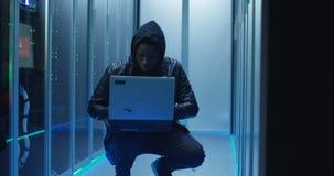 Skulony hacker w centrum danych zbiory wideo