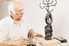 Skulptör som ser hans arbete Arkivfoton