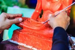 Skulptör som snider leramunkbilden Thailändsk skulpturkonstnärform Arkivfoto