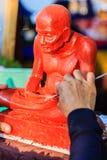 Skulptör som snider leramunkbilden Thailändsk skulpturkonstnärform Arkivbild