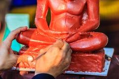 Skulptör som snider leramunkbilden Thailändsk skulpturkonstnärform Royaltyfria Foton